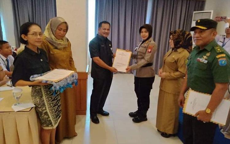 AKBP Siti Fauziah menyerahkan piagam kepada Kepala Dinas Sosial Kota Palangka Raya saat pembukaan olimpiade kepahlawanan. Kegiatan ini sangat didukung oleh Polda Kalteng