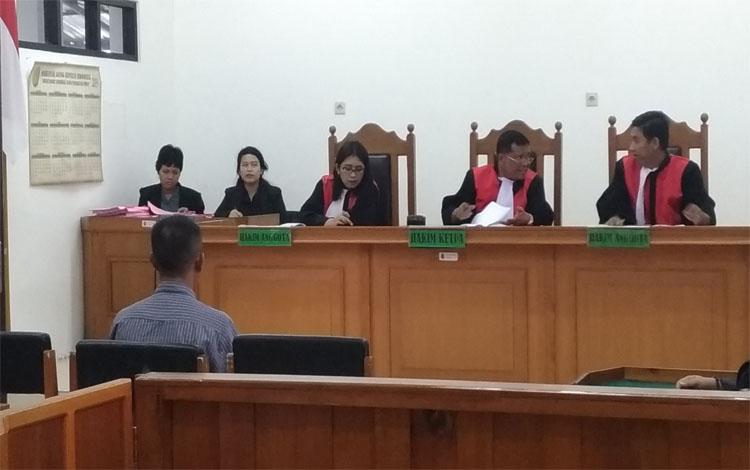 Jumadi saat menjali sidang di Pengadilan Negeri Palangka Raya. Terdakwa KDRT ini dituntut pidana dua tahun penjara, karena telah menganiaya istri
