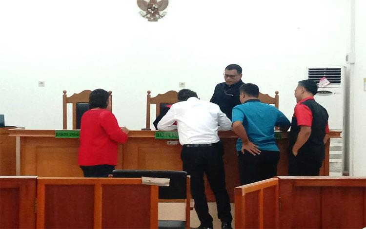Sidang praperadilan di Pengadilan Negeri Palangka Raya, Selasa 8 Oktober 2019. Dalam sidang praperadilan yang diajukan dosen Norlita Febriani ini pihak penyidik meminta kepada hakim untuk menolak seluruh materi dari pemohon