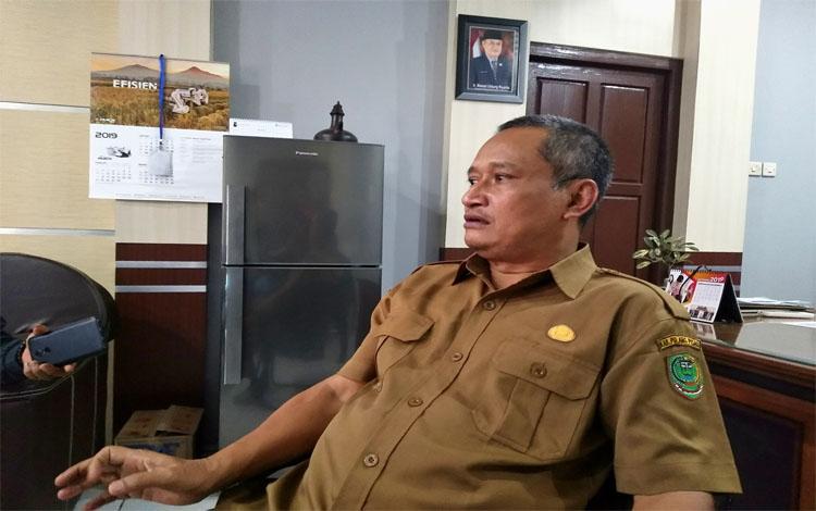 Kepala Dinas Pertanian Kabupaten Pulang Pisau, Slamet Untung Rianto saat diwawancari wartawan Saat ini bantuan sapi di Pulang Pisau dihentikan karena adanya moratorium sejak 2017