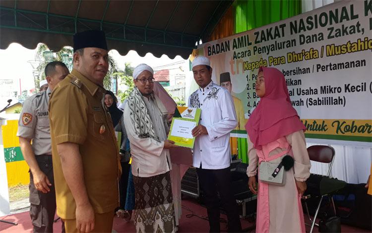 Ketua Baznas Kobar, Suhartono Basran menyerahkan bantuan kepada dhuafa dan mustahiq, Selasa 8 Oktober 2019