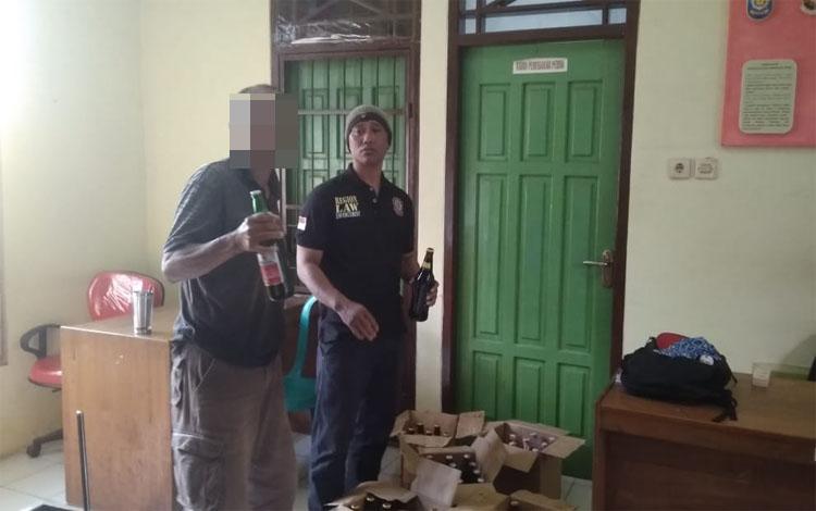 Padi memperlihatkan minuman keras. Padi diamankan anggota Satpol PP Kobar karena menjual minuman keras, Selasa 8 Oktober 2019