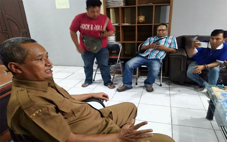 Kepala Dinas Pertanian Kabupaten Pulang Pisau, Slamet Untung Rianto saat diwawancarai wartawan. Tahun ini target pembukaan lahan jagung seluas 4.000 hektare, namun hanya terealisasi 1.700 hektare