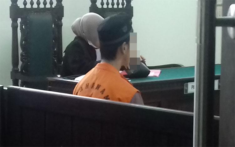 AS, terdakwa kasus asusila saat menjalani sidang di Pengadilan Negeri Sampit, Rabu 9 Oktober 2019