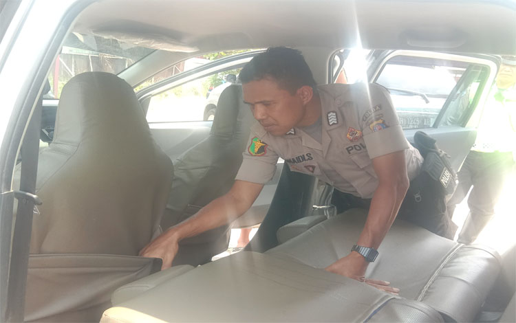 Seorang anggota Polri memeriksa kendaaran saat jajaran Polda Kalteng menggelar Operasi Antik, Rabu 9 Oktober 2019