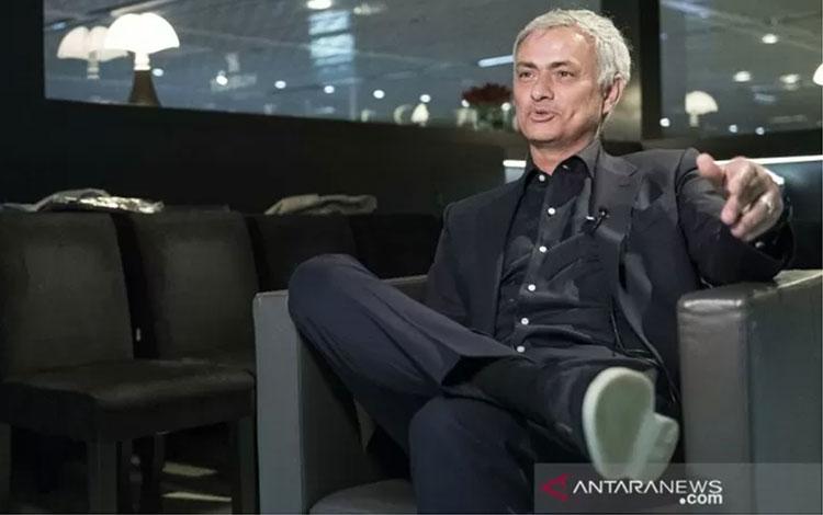 Mantan pelatih Manchester United, Jose Mourinho, melayani wawancara saat menghadiri pameran perhiasa
