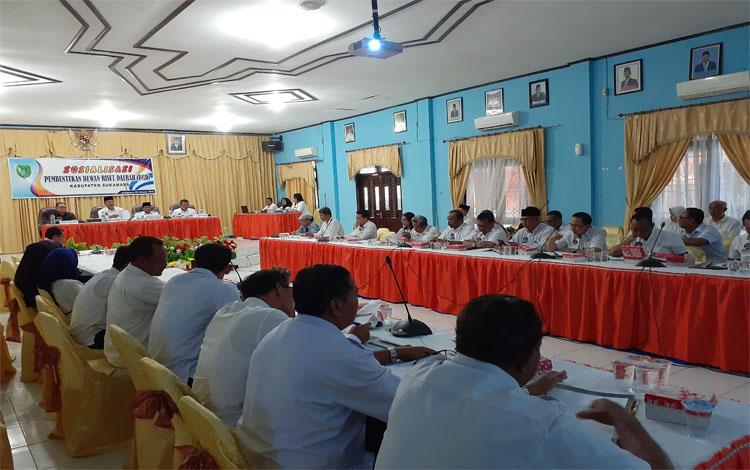 Bupati Sukamara, Windu Subagio memimpin rapat. Bupati mengatakan Dewan Riset Daerah memiliki peran strategis dalam mengarahkan pembangunan sesuai visi misi pemerintah