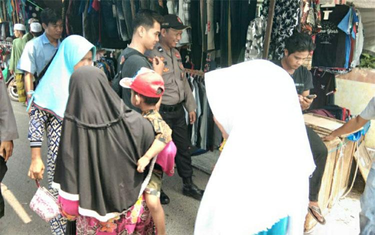 Personel Polsek Kapuas Murung saat melakukan patroli ke Pasar Palingkau Lama antisipasi gangguan kam