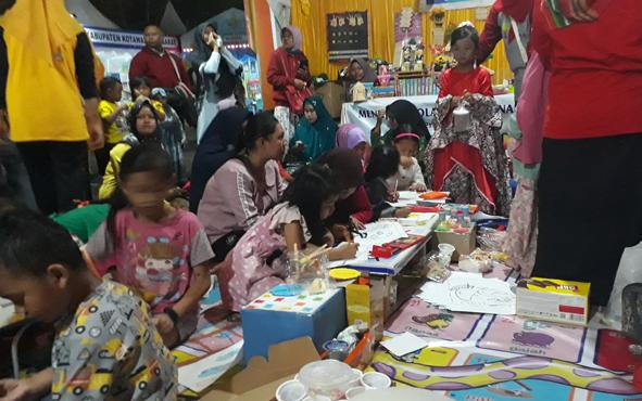Stan Dinas Pendidikan dan Kebudayaan Kabupaten Kotawaringin Barat di Kobar Expo 2019 menyediakan fasilitasi bermain dan belajar untuk anak.