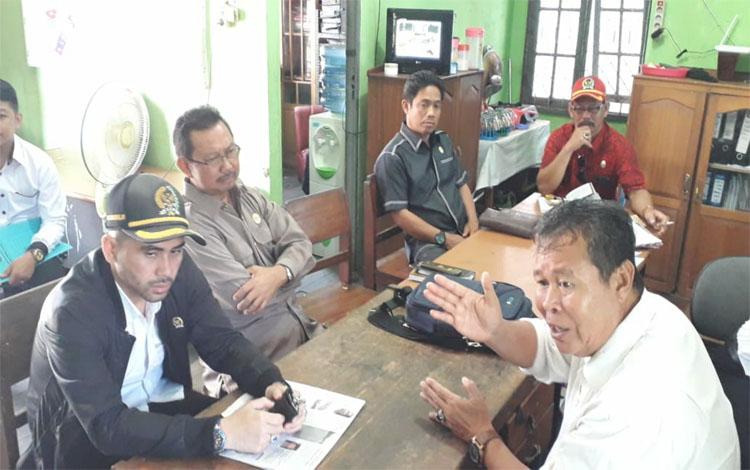 Pertemuan antara Lurah Selath Hulu Jainal Arifin dengan Anggota DPRD Kapuas dalam reses kelompok. lurah Selat hulu mengusulkan aspirasi kepada anggota dewan