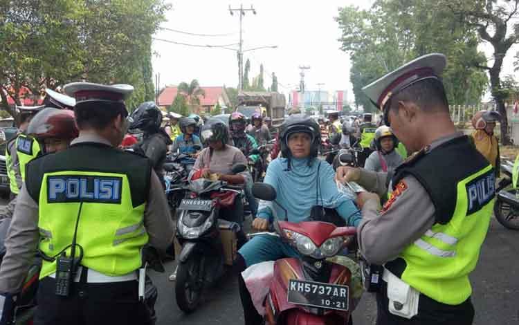 Dinas Pendapatan Daerah atau Dispenda Provinsi Kalimantan Tengah menggendengDirektorat Lalu Lintas Polda Kalteng untuk menjaring seraya menyadarkan masyarakat terkait pembayaran pajak kendaraan bermotor, Kamis, 10 Oktober 2019.