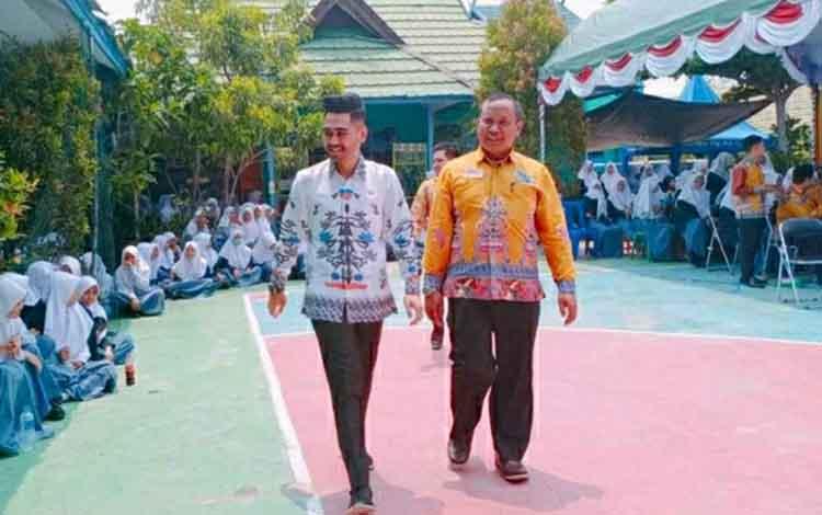 Anggota DPRD Kapuas, Parij Ismeth Rinjani (kiri) mengharapkan pemkab mendukung dan perhatikan madrasah yang berprestasi