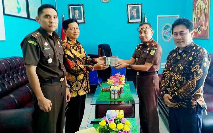 Kejaksaaan Negeri (Kejari) Kabupaten Barito Utara menyerahkan uang pengganti tunjangan guru se-Kecamatan Lahei Barat dalam perkara tindak pidana korupsi terpidana Aswad sebesar Rp 40 juta.