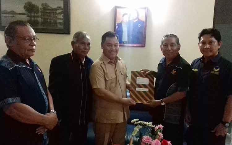 Sekda Kotim, Halikinnor saat mendaftar di DPC Nasdem sebagai bakal calon kandidat Pilkada 2020
