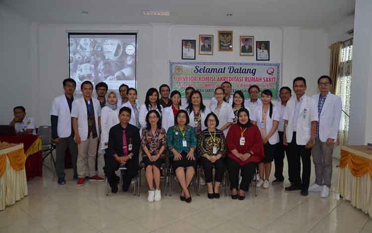 Wakil Bupati Gunung Mas Efrensia LP Umbing, Direktur RSUD Kuala Kurun, bersama Surveior KARS dan lainnya foto bersama seusai penilaian akreditasi