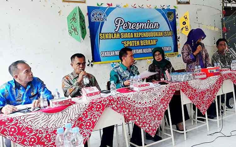 Kepala Disdalduk KB dan P3A Barito Utara,  Siti Nornah Iriawati menghadir pembentukan Sekolah Siaga Kependudukan di SMPN 10 Muara Teweh, Kamis 10 Oktober 2019