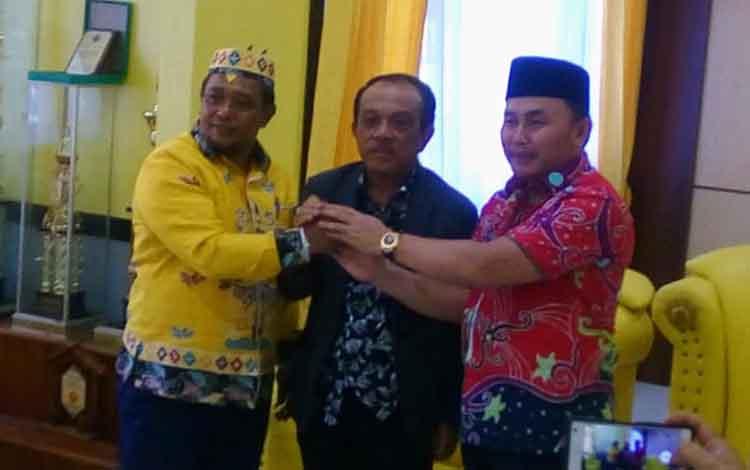 Sugianto Sabran bersama Habib Ismail mendaftar ke DPD Partai Golkar Kalteng sebagai bakal calon gubernur dan wakil gubernur di Pilkada 2020 pada Kamis, 10 Oktober 2019. ugianto, Habib dan Abdul Razak melakukan salam komando