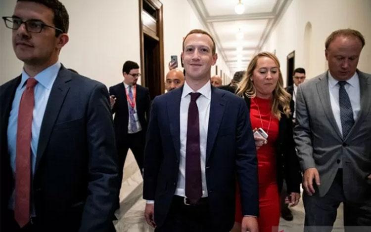 Pendiri Facebook Mark Zuckerberg (tengah) berjalan menuju ke kantor Senator AS Josh Hawley (R-MO), di Capitol Hill di Washington, AS, Kamis (19/9/2019). ANTARA FOTO/REUTERS/Al Drago/aww.