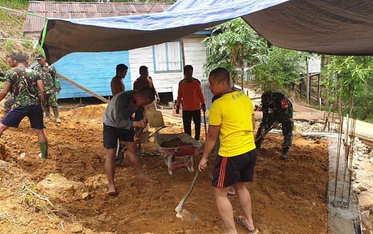 Dandim 1012/Bunto, Letkol Inf Tuwadi meratakan tanah tempat membangun musala dengan cangkul pada  karya bakti membangun musala yang merupakan salah satu sasaran fisik TMMD ke - 106 Kodim 1012/Buntok, Kamis, 10 Oktober 2019.