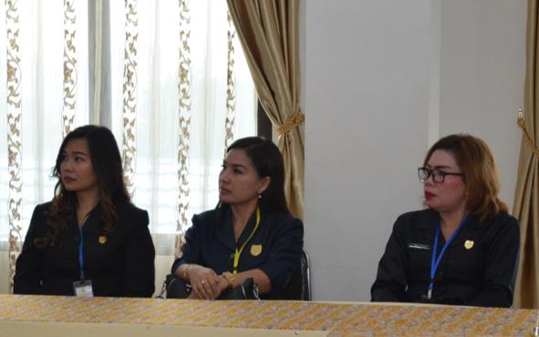 Anggota DPRD Kabupaten Gunung Mas, Elvi Esie (tengah), mengapresiasi Rumah Sakit Umum Daerah (RSUD) Kuala Kurun yang berhasil meraih akreditasi utama dari Komisi Akreditasi Rumah Sakit (KARS).