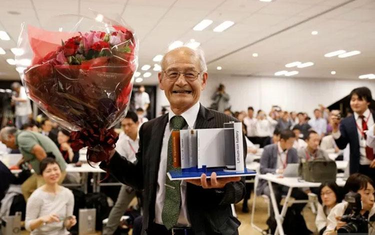 Penemu baterai lithium-ion Asahi Kasei mewakili Akira Yoshino sebagai pemenang Nobel Chemistry 2019. (REUTERS/ISSEI KATO)