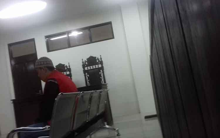 Mad, terdakwa kasus pembunuhan terhadap istri saat menjalani sidang di Pengadilan Negeri Sampit, Kamis 10 Oktober 2019. Terdakwa dituntut 13 tahun penjara