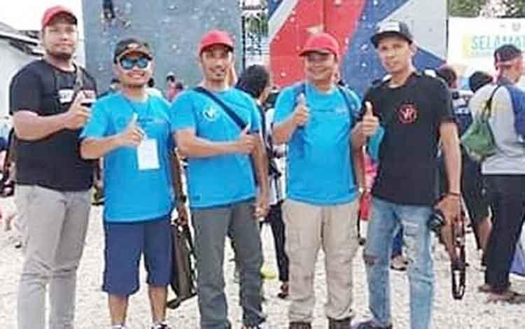 Pengurus FPTI Bartim foto bersama. Sementara itu FPTI Bartim mengirim 3 atlet panjat tebing untuk mengikuti kompetisi di Kota Palangka Raya