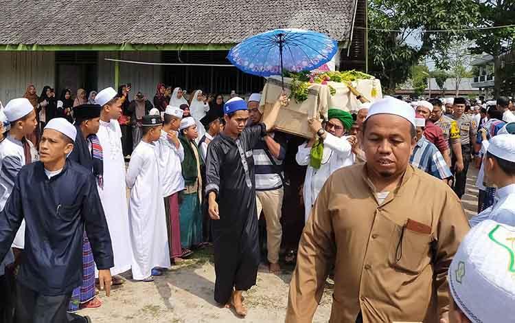 Ratusan santri dan masyarakat mengantarkan jenazah pimpinan Pondok Pesantren Darul Amin Sampit ke pemakaman, Kamis 10 Oktober 2019