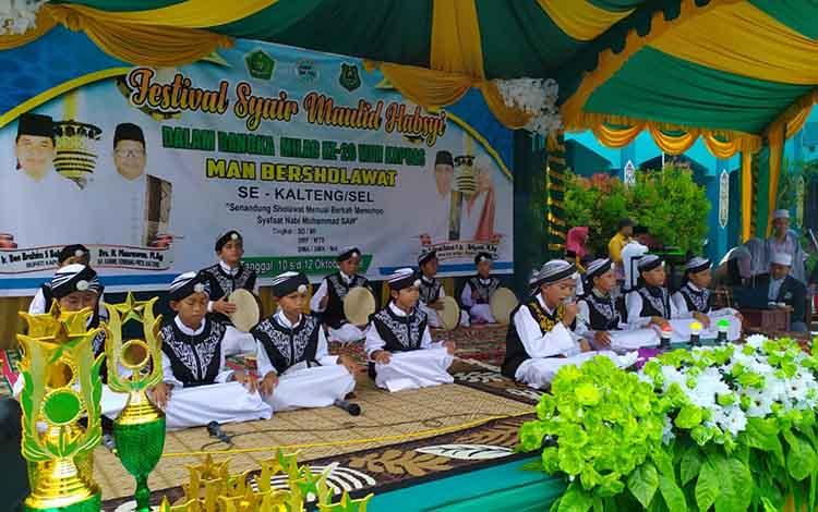 Salah satu peserta yang mengikuti festival syair maulid habsyi MAN Kapuas bersholawat, Kamis 10 Oktober 2019