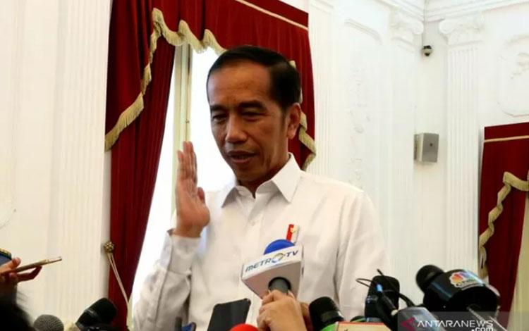 Presiden Joko Widodo sebelum menjenguk Menko Polhukam Wiranto ditemui di Istana Merdeka, Jakarta pad