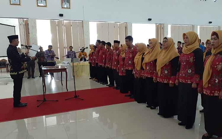 Bupati Sukamara mengukuhkan pengurus Dekranasda periode 2018-2023, Kamis, 10 Oktober 2019.