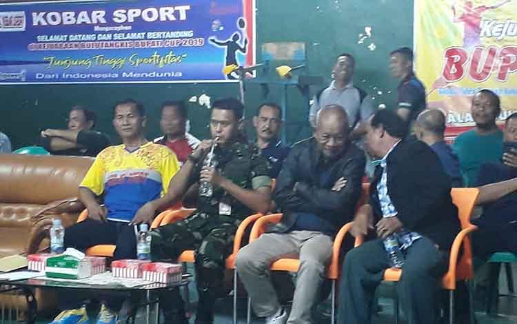 Ketua PBSI Kobar H Arief Asyrofi (kiri) menyampaikan bahwa 7 atlet cabang olahraga bulu tangkis asal Kobar akan mewakili Kalteng di ajang Pra Pekan Olahraga Nasional atau Pra PON.