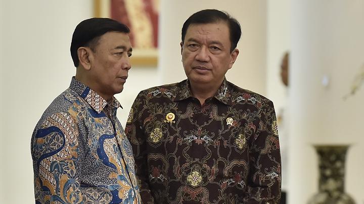 Menteri Koordinator Politik, Hukum, dan Keamanan Wiranto (kiri) berbincang dengan Kepala BIN Budi Gunawan. Pelaku penusukan Menteri Koordinator Bidang Politik, Hukum, dan Keamanan Wiranto, terpantau mengumpulkan pisau.