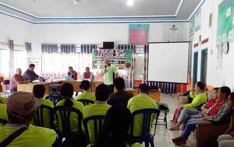 Kepala Dinas Pertanian dan Peternakan Kabupaten Barito Timur, Riza Rahmadi memberikan arahan dalam sekolah lapang kepada petani karet di Desa Janah Jari Kecamatan Awang