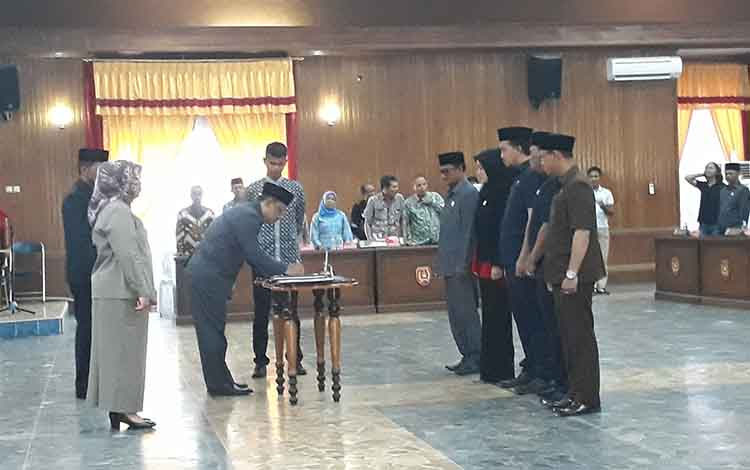 Ketua DPRD Kobar Rusdi Gozali menandatangani alat kelengkapan dewan, Jumat, 11 Oktober 2019