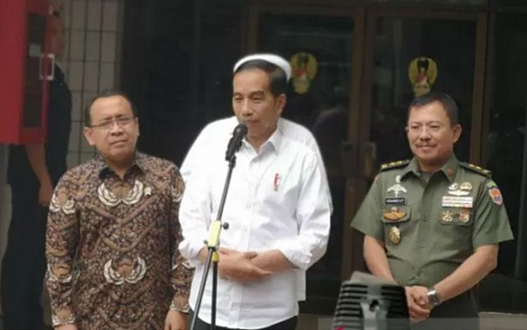 Presiden Jokowi memberikan keterangan usai menjenguk Menko Polhukam Wiranto yang menjadi korban penusukan, di RSPAD Jakarta, Jumat (11/10). (ANTARA FOTO/Agus Salim)