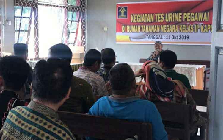 Kepala Rumah Tahanan atau Rutan Kelas II B Kuala Kapuas Husaini kembali mengingatkan para pegawai atau sipir untuk tidak konsumsi obat terlarang atau narkoba. Pesan itu ia sampaikan saat kegiatan tes urine di Ruta, Jumat, 11 Oktober 2019.