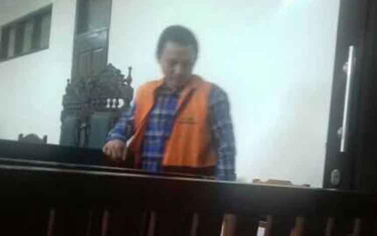 Ig terdakwa kasus penggelapan sepeda motor, di Pengadilan Negeri Sampit, Jumat, 11 Oktober 2019.