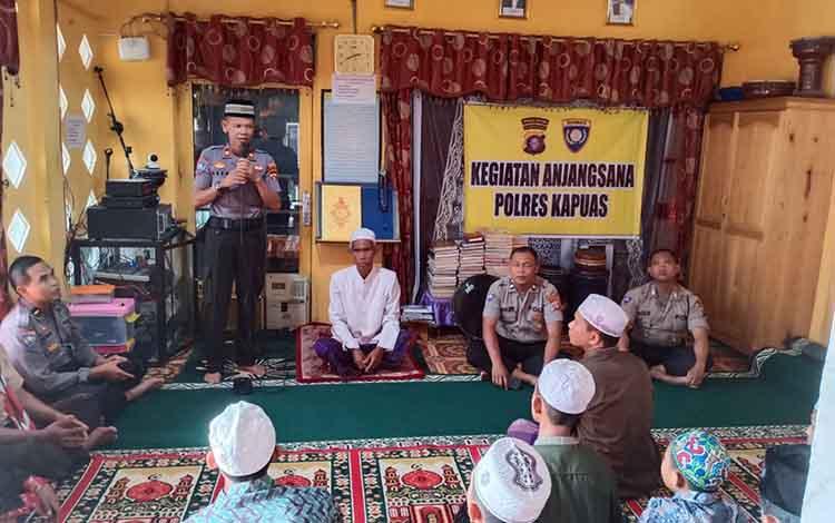 Kasat Binmas Polres Kapuas Iptu Asep M Sidik saat menyampaikan pesan kepada santri Pondok pesantren Bifahmil Anbiya, Jumat sore 11 Oktober 2019