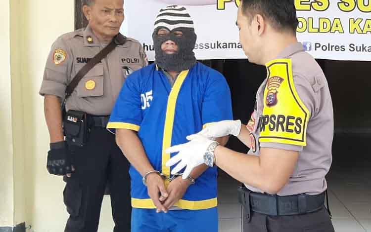 Tersangka TR, 32, pembawa narkoba jenis sabu sebesar 0,503 kilogram yang diamankan di Desa Semantun, Kecamatan Pertama Kecubung, Kabupaten Sukamara, Sabtu, 5 Oktober 2019, terancam hukuman penjara selama 20 tahun.