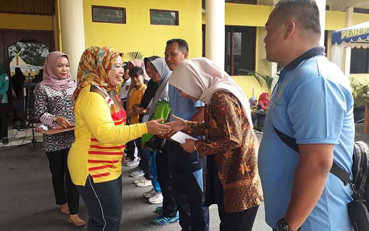 Bupati Kotawaringin Barat Nurhidayah bagikan vocher belanja kepada peserta senam yang beruntung pada senam bersama di halaman kantor Bupati, Jumat, 11 Oktober 2019.