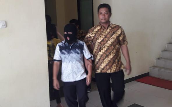 Aparat Polda Kalteng memburu kurir narkoba jenis metamfetamina yang dikonsumsi anggota DPRD Kabupaten Kapuas beinisial BR.