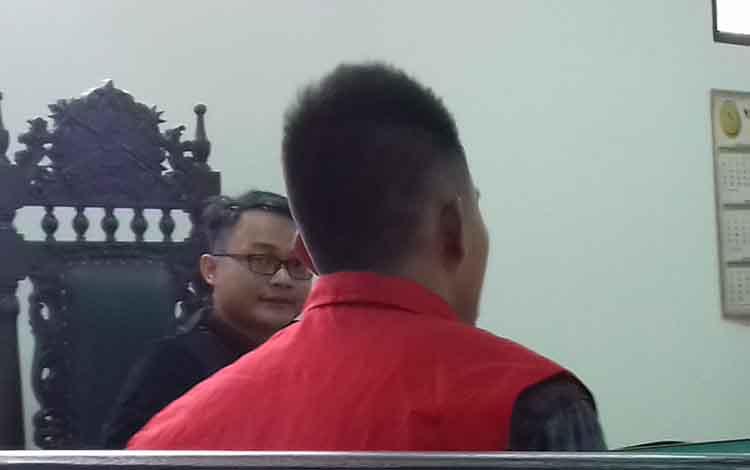 Roby Hermanto terdakwa sabu saat menjalani sidang di Pengadilan Negeri Sampit. Dia bakal dipenjara 5 tahun karena terbukti memiliki sabu