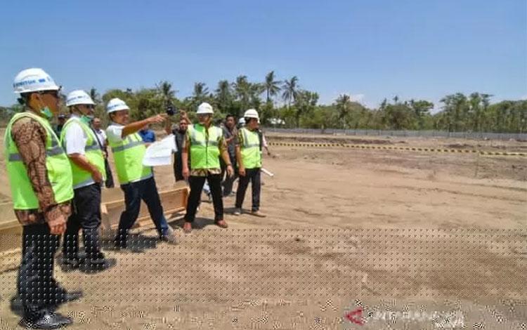 Menteri Pariwisata Arief Yahya (tengah) didampingi Dirut Indonesia Tourism Development Corporation (ITDC) Abdulbar M. Mansoer (kanan), meninjau pembangunan \'\'Street Circuit\'\' Mandalika di The Mandalika, Pujut, Praya, Lombok Tengah, NTB, Kamis (10/10/2019