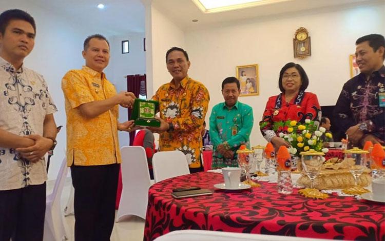Pemerintah Kabupaten Katingan melakukan studi banding ke Taman Hutan Raya atau Tahura Lapak Jaru Kuala Kurun Kabupaten Gunung Mas, Kamis, 10 Oktober 2019.