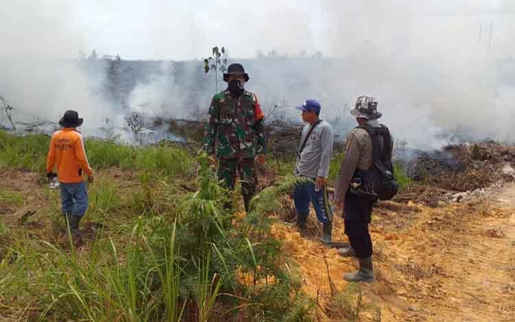 Meski kadang hujan, Karhutla masih terjadi di wilayah Katingan, tampak tim gabungan memadamkan api di Katingan Hilir.