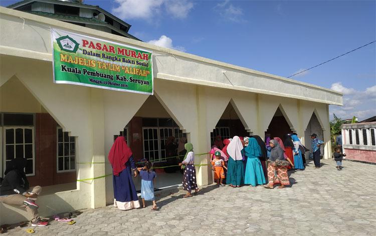 Pasar Murah di padati warga desa Sungai Undang.Kurang dari setengah jam barang kebutuhan pokok yang