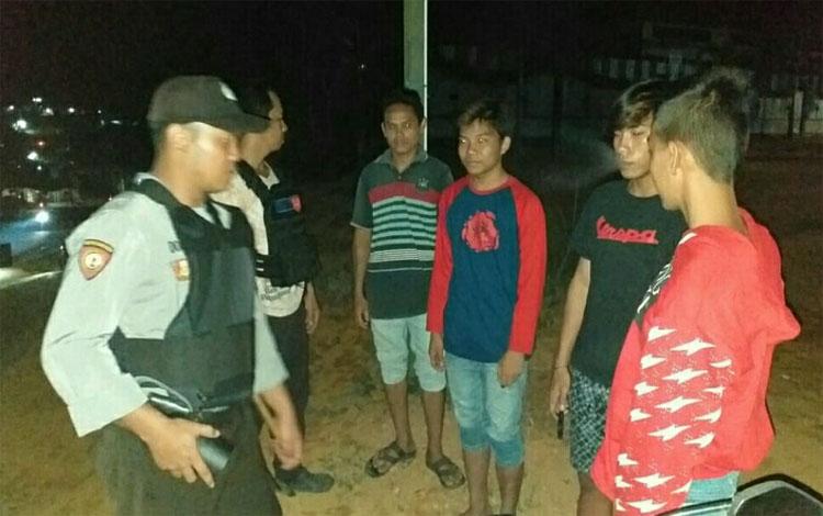 Anggota Polsek Manuhing patroli ke tempat nongkrong anak muda di Kelurahan Tumbang Talaken, Kabupaten Gunung Mas, Sabtu malam 12 Oktober 2019