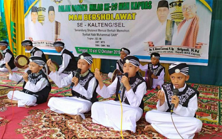 Salah satu peserta saat tampil dalam festival maulid habsyi MAN Kapuas, Sabtu, 12 Oktober 2019