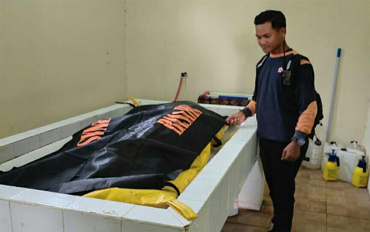 Seorang relawan Palang Merah Indonesia (PMI) Kotim saat mengantar jenazah ke RSUD Dr Murjani Sampit. Mayat yang ditemukan mengapung di Sungai Mentaya tersebut diketahui menggunakan gelang pelanggan PT DLU